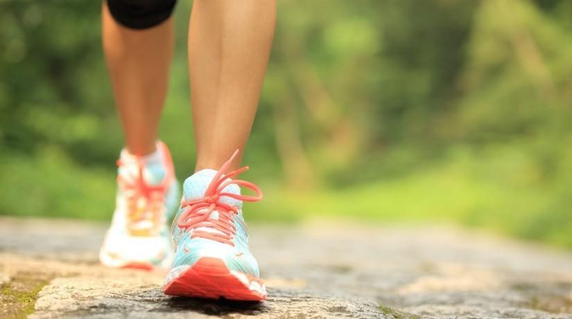 marcher rapidement en respirant à fond